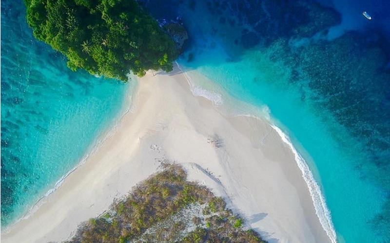 https: img.okezone.com content 2017 07 18 406 1738634 share-loc-saking-indahnya-pulau-mincau-pernah-jadi-lokasi-syuting-produk-bikini-dari-hawaii-GEbAsW1dJP.jpg