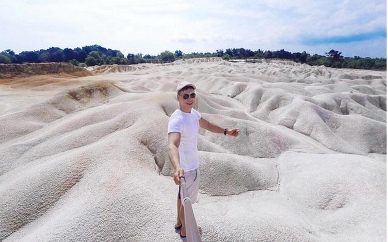 https: img.okezone.com content 2017 07 18 406 1739049 share-loc-gurun-pasir-busung-destinasi-keren-di-bintan-untuk-selfie-dengan-budget-minim-h2XSFYGlAs.jpg