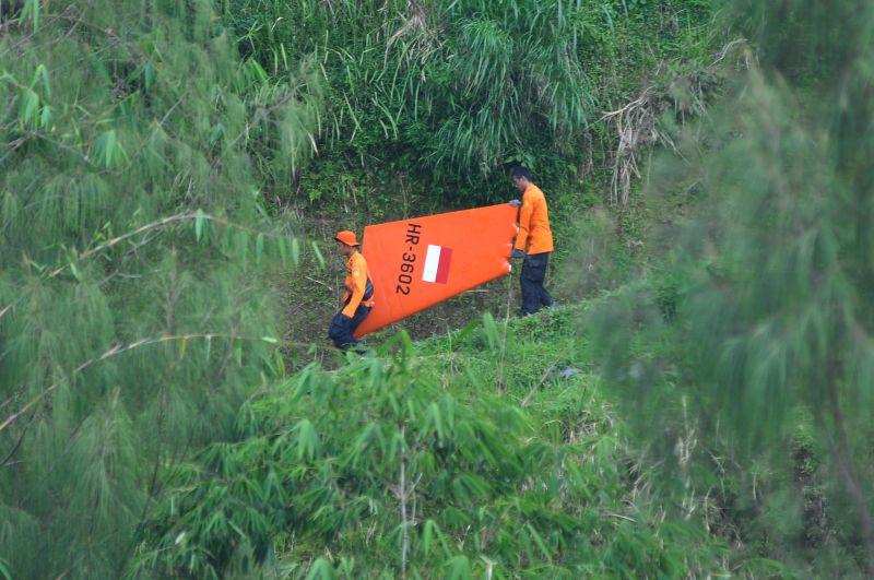 Proses Evakuasi Helikopter Basarnas yang Jatuh di Temanggung (Foto: Antara)