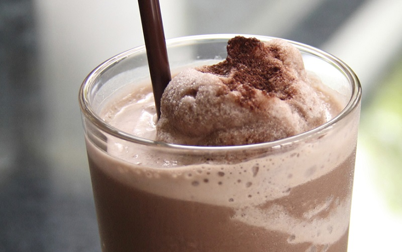 https: img.okezone.com content 2017 07 19 298 1739691 pop-sugar-santai-sore-sambil-minum-es-cokelat-susu-hmm-nikmat-YJUCtO7U1t.jpg