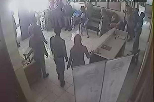 https: img.okezone.com content 2017 07 19 340 1739720 aksi-tiga-wanita-ini-mengamuk-di-kantor-satpol-pp-bukittinggi-berujung-ke-polisi-T3DSOBv3XZ.jpg
