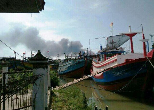 Ratusan Kapal Luar Daerah Berlabuh di Lokasi Kebakaran di Pati