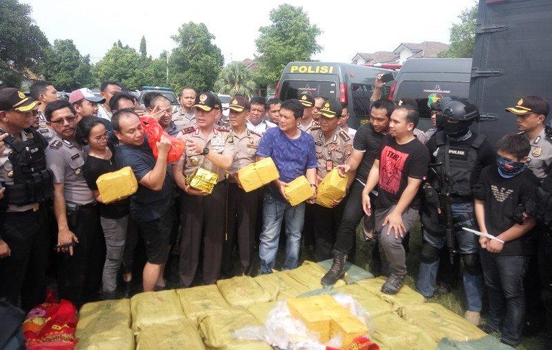 https: img.okezone.com content 2017 07 20 337 1740571 diambil-dari-myanmar-begini-alur-penyelundupan-1-ton-narkoba-ke-indonesia-nHYizimVcI.jpg