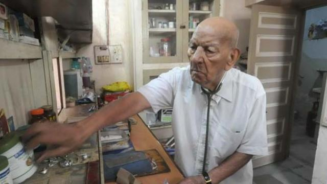 HOT THREAD (3): Dokter Ini Tertua di Dunia, Usia 102 Masih Setia Melayani Pasien