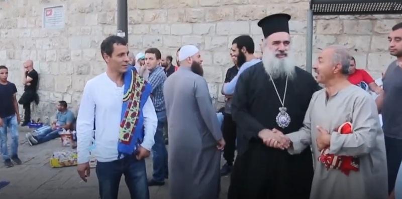 Muslim dan Kristen Palestina kompak berunjuk rasa memprotes pembatasan beribadah di Masjid Al Aqsa (Foto: Middle East Monitor/Youtube)