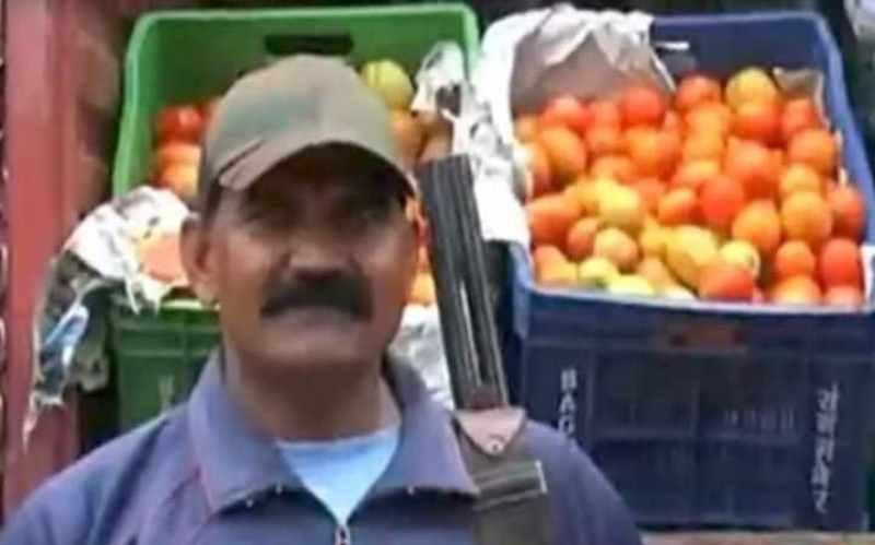 Lelaki Bersenjata digunakan untuk Lindungi Tomato di Pasar India