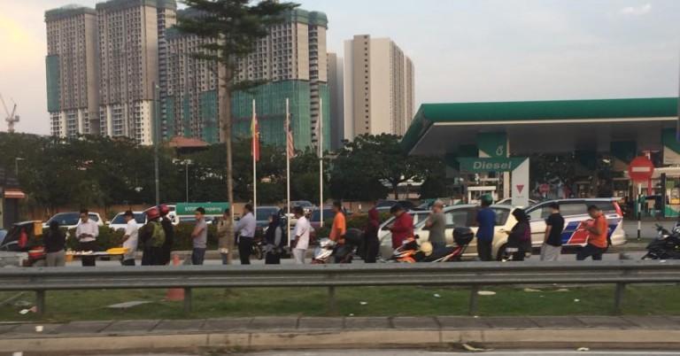 Kisah Ibu Tiga Anak Berjualan Nasi Lemak di Pinggir Jalan Ini Viral, Netizen Sampai Mengantre!