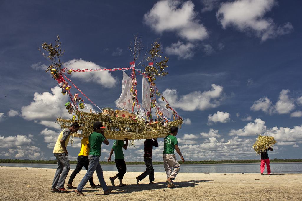https: img.okezone.com content 2017 07 28 406 1745458 uniknya-ritual-adat-buang-jung-upacara-istirahatkan-laut-di-bangka-selatan-hWJjSQf9ZK.jpg