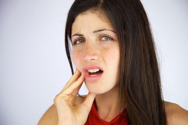https: img.okezone.com content 2017 07 28 481 1745637 awas-masalah-gigi-sensitif-dibiarkan-terlalu-lama-bisa-memicu-gangguan-jantung-VdgaCnz6uM.jpg