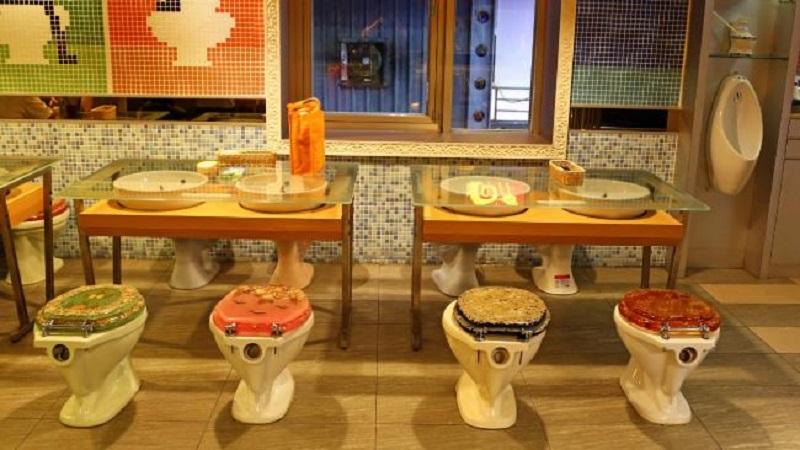 https: img.okezone.com content 2017 07 31 298 1746927 berani-coba-makan-di-restoran-tapi-serasa-lagi-di-toilet-ini-tempatnya-GGzFl0QFt6.jpg