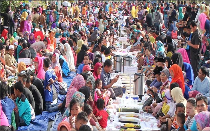https: img.okezone.com content 2017 07 31 298 1747134 food-story-beseprah-tradisi-makan-bersama-perekat-tali-silaturahmi-ala-masyarakat-kutai-Ul5frzaOAy.jpg