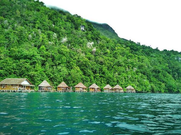 https: img.okezone.com content 2017 07 31 406 1746913 5-penginapan-terbaik-di-tepi-pantai-indonesia-ada-yang-mirip-maldives-lho-nvRufHq8HA.JPG