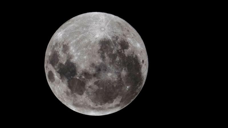 https: img.okezone.com content 2017 07 31 56 1747101 gokil-di-masa-depan-astronot-bisa-minum-air-di-bulan-hvbskXgX00.jpg