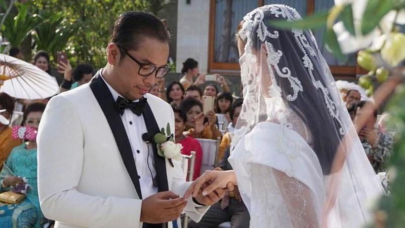 https: img.okezone.com content 2017 08 01 33 1747742 alasan-di-balik-keputusan-sammy-dan-viviane-menikah-di-bali-so-sweet-banget-XoivtL4MRA.jpg