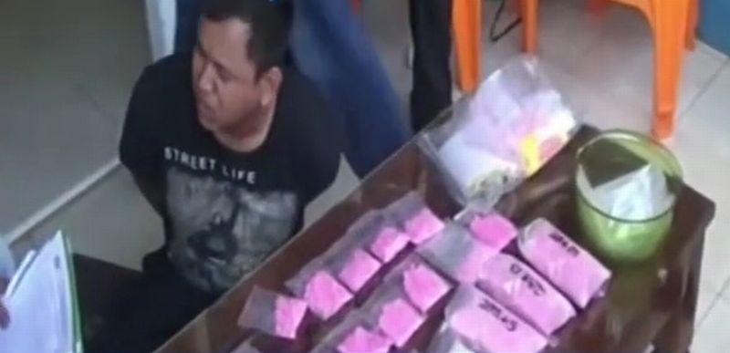 https: img.okezone.com content 2017 08 01 340 1747994 baru-2-bulan-bebas-bandar-narkoba-ini-ditangkap-bersama-7-300-pil-ekstasi-QTmtI3aw1J.jpg