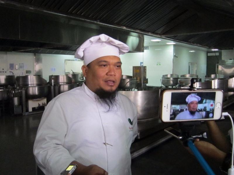 https: img.okezone.com content 2017 08 01 398 1747446 ternyata-chef-katering-di-arab-saudi-ini-jebolan-stp-bandung-ZFVXzYX7dP.jpg