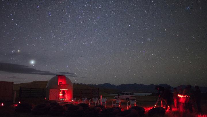 https: img.okezone.com content 2017 08 01 406 1748035 rasakan-romantisnya-melihat-bintang-bintang-di-mt-john-selandia-baru-HW8C67TUcW.jpg