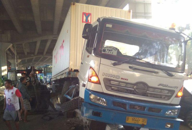 Truk yang menabrak separator busway di Jalan Yos Sudarso. Foto @TMCPolda