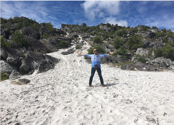 https: img.okezone.com content 2017 08 03 406 1748940 unik-hanya-di-wamena-bisa-temukan-pasir-pantai-putih-di-tengah-pegunungan-ZcdfMcXb2Q.jpg