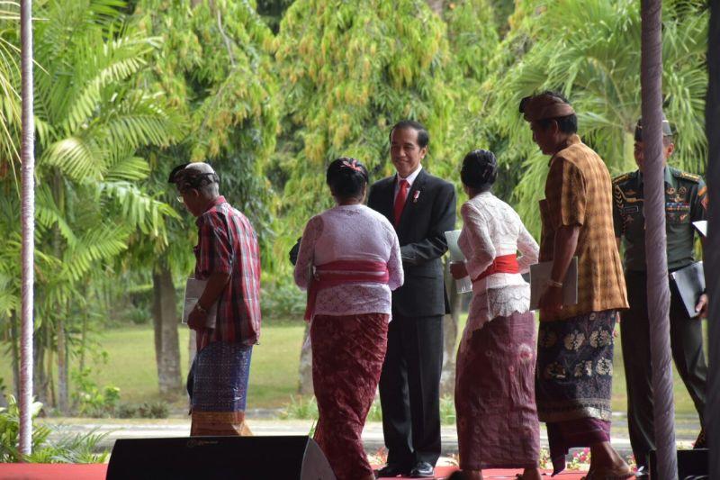 Serahkan Sertifikat Tanah Ke Warga Bali Jokowi Jangan