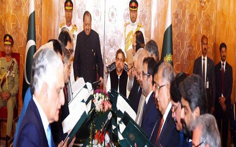 PM Pakistan Shahid Khaqan Abbasi melantik anggota kabinet pada Jumat 4 Agustus 2017. (Foto: PID)
