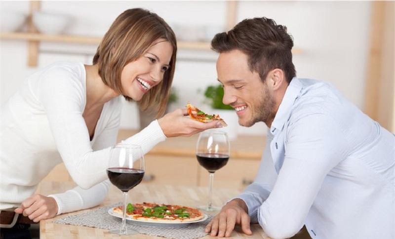https: img.okezone.com content 2017 08 08 298 1751742 survei-membuktikan-pizza-jadi-makanan-favorit-untuk-kencan-kilat-KlClqoCOMM.jpg