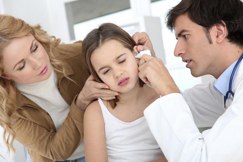 https: img.okezone.com content 2017 08 08 481 1751634 bersihkan-telinga-anak-jangan-gunakan-cotton-bud-yang-bisa-sebabkan-infeksi-bixA1nBz0j.jpg