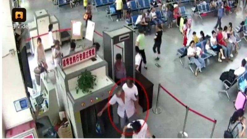 Potongan gambar ketika pria paruh baya itu ketahuan membawa dua lengan manusia di tasnya (Foto: Istimewa)
