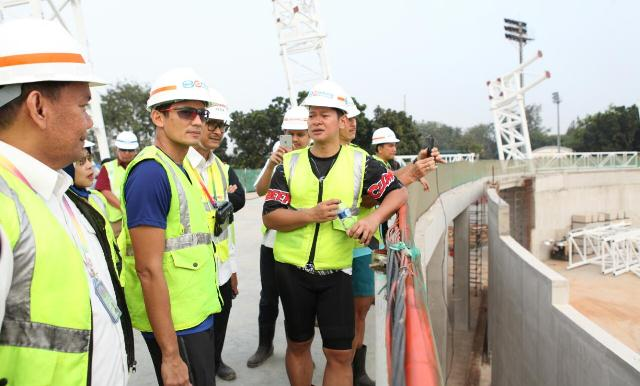 Sandiaga Uno mengecek pembangunan velodrome di GOR Rawamangun (Foto: Taufik Fajar)