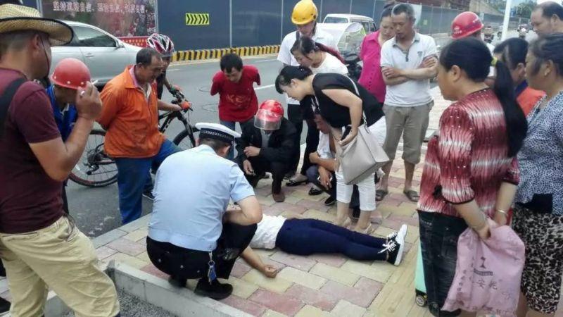 Foto ketika perempuan yang tidak disebutkan namanya itu mendadak pingsan (Foto: South China Morning Post)