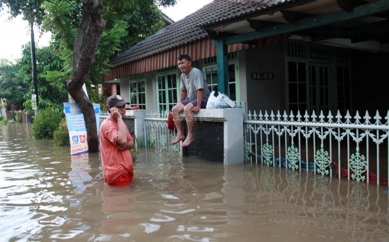 https: img.okezone.com content 2017 08 10 338 1753201 tolong-kali-pesanggrahan-meluap-ratusan-rumah-di-pondok-pinang-kebanjiran-FQFtAhlvRr.jpg
