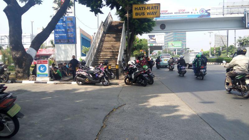 Meski dilarang, ojek masih setia mangkal di trotoar saat tidak ada pengawasan (Foto: Iqbal/Okezone)