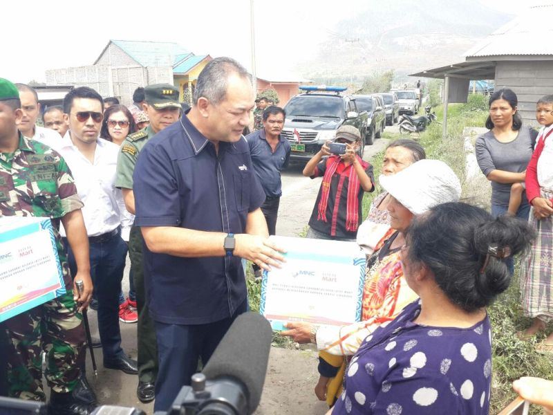 Corporate Secretary Director MNC Group Syafril Nasution menyerahkan bantuan ke warga (MNC Peduli/Okezone)