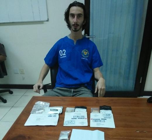 Mantap! Wisatawan Asal Amerika Serikat Ditangkap saat Ambil Paket Narkoba dari Belanda