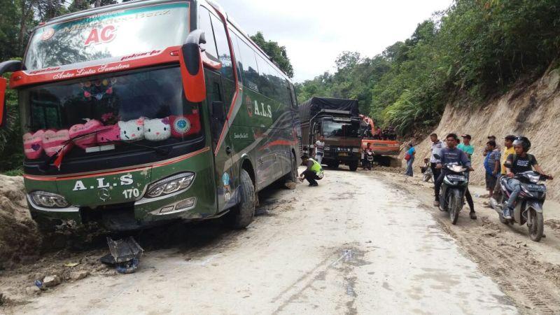 Kecelakaan bus calon jamaah haji di Taput (Foto: Wahyudi Aulia Siregar/Okezone)