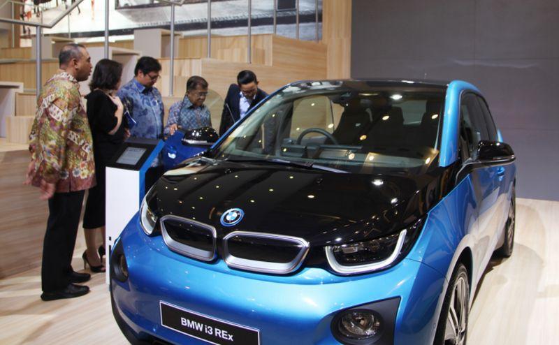 Wapres Jusuf Kalla melihat mobil listrik BMW i3 di GIIAS 2017 (BMW Group Indonesia)