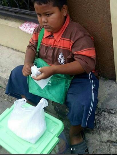 Sedih! Video Anak Kecil Berjualan Donat Sita Perhatian Netizen