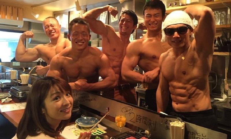 https: img.okezone.com content 2017 08 11 298 1754173 kafe-di-jepang-ini-layani-pelangan-dengan-pelayan-pria-yang-telanjang-dada-J7D3QYdx44.jpg