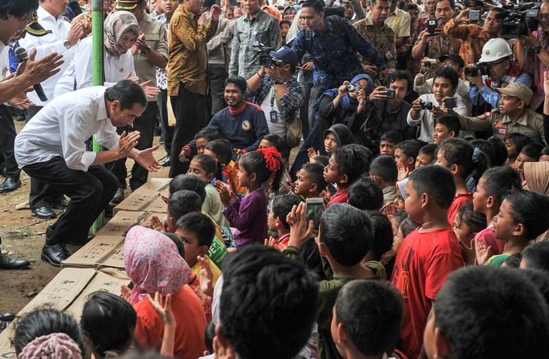 Presiden Jokowi saat menghibur anak-anak korban gempa di Pidie Jaya (Antara)