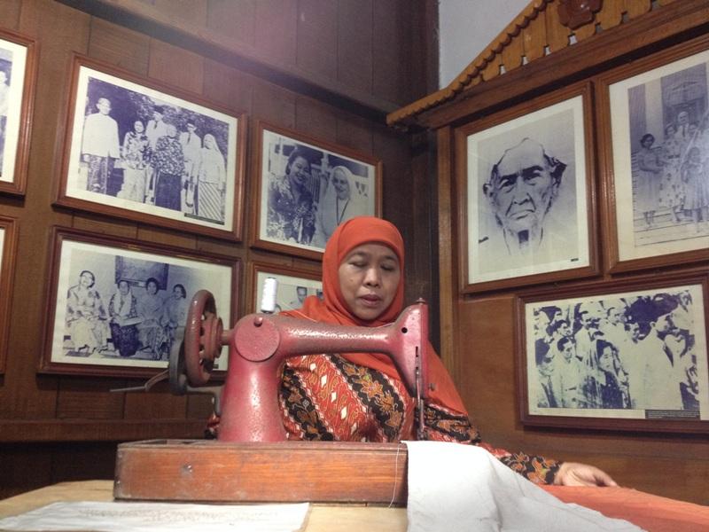 Menteri Sosial Khofifah Indar Parawansa saat berkunjung ke rumah Fatmawati Sukarno di Bengkulu (Demon Fajri/Okezone)
