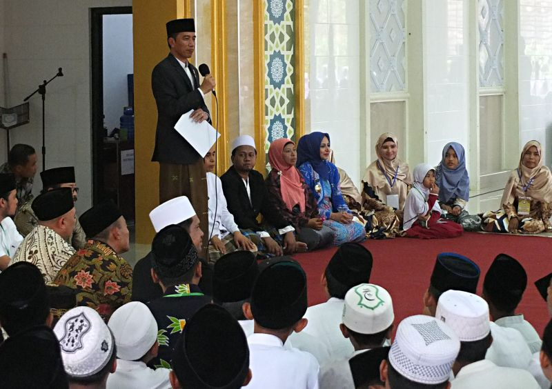 Presiden Jokowi saat mengunjungi Pondok Pesantren Nuru Islam, Jember Jawa Timur (Foto: Antara)