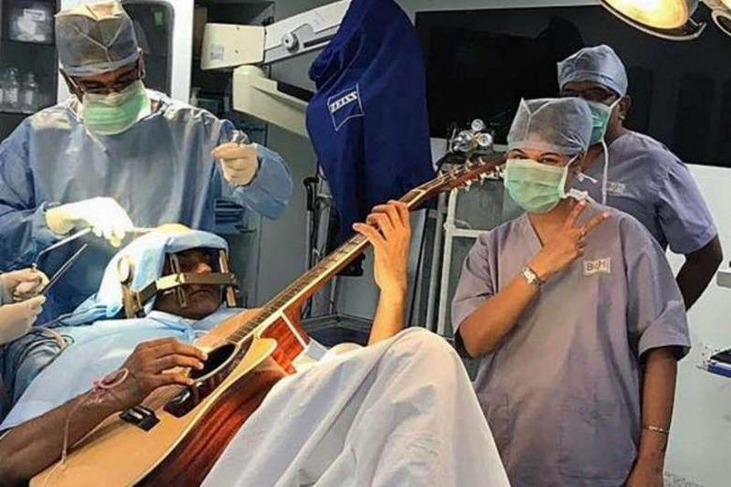 https: img.okezone.com content 2017 08 12 481 1754571 5-peristiwa-paling-langka-di-ruang-operasi-dokter-pasang-musik-rock-hingga-pasien-main-gitar-saat-dibedah-1FDMltndHj.jpg