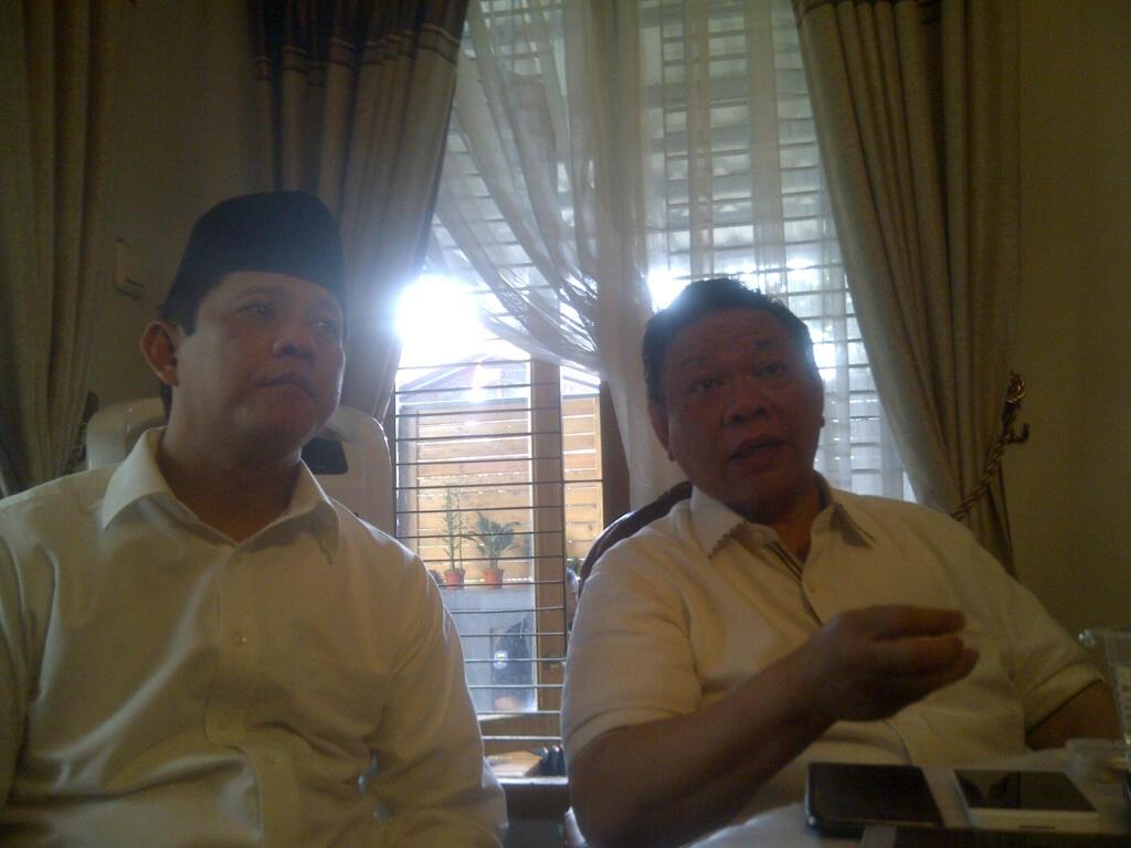 Ketua Dewan Pakar Golkar Agung Laksono (kanan) memberi keterangan pers (Oris/Okezone)
