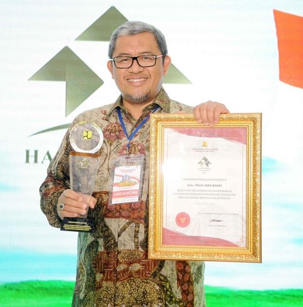 Gubernur Jabar Ahmad Heryawan memperoleh penghargaan atas kemudahan perizinan perumahan