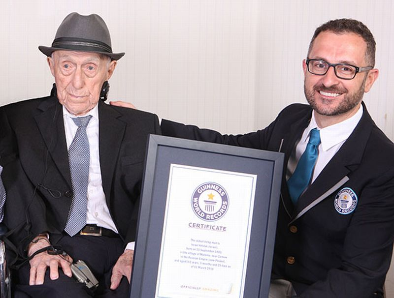Foto Yisrael Kristal ketika menerima sertifikas Guinness World Records (Foto: Guinness World Records)