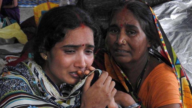 Foto keluarga salah satu anak yang meninggal di Rumah Sakit Baba Raghav Das Medical College (Foto: AP)
