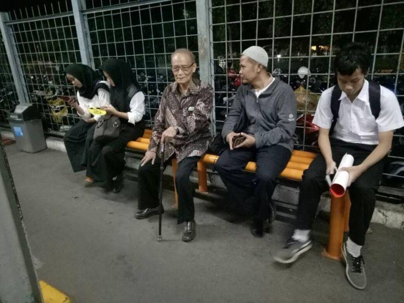 Buya Syafii di Stasiun Tebet (Foto: Facebook)