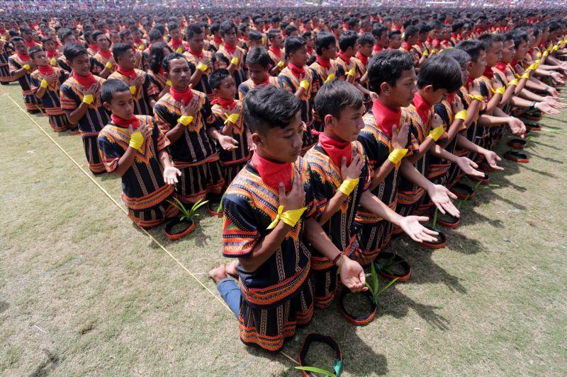 Tari Saman yang Dilakukan 12.262 Orang Pecahkan Rekor MURI (Foto: Antara)