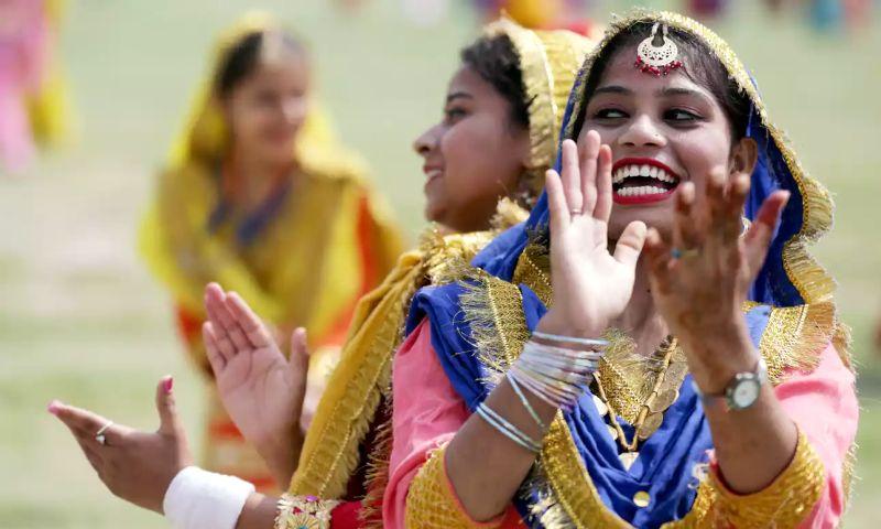 Pelajar putri di India berlatih tarian tradisional sebagai persiapan peringatan kemerdekaan ke-70 India. (Foto: EPA)
