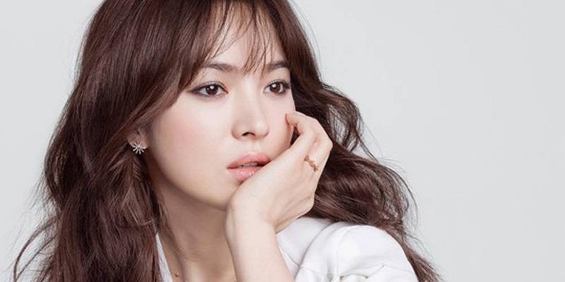 https: img.okezone.com content 2017 08 15 33 1756357 song-hye-kyo-sebarkan-pamflet-berisi-sejarah-korea-di-hari-kemerdekaan-IgGwYIfnVY.jpg